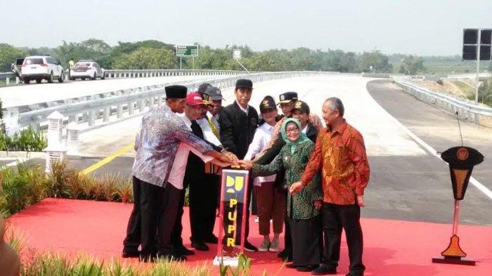 Jokowi Resmikan 4 Ruas Jalan Tol di Jatim : 'Silakan Mau Pakai Jalan Tol Atau Jalan yang Lama'