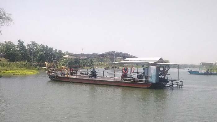 Solar Langka di Jombang, Pemilik Usaha Perahu Penyeberangan di Sungai Brantas Kelimpungan