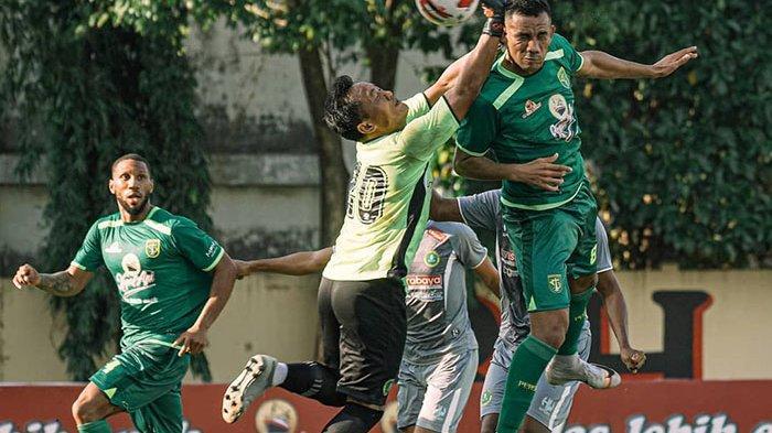 Striker asing Persebaya, Jose Wilkson berduel dengan kiper Hizbul Wathan FC di Lapangan Polda Jatim, Selasa (22/6/2021). Dia membuat sat dari dua gol Persebaya.