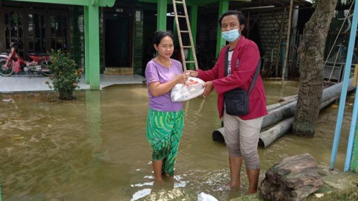 Bantuan Sembako untuk Lima Desa yang Masih Dikepung Banjir di Kabupaten Lamongan