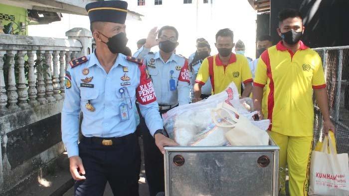 Kalapas Probolinggo Bersama Warga Binaan Bagi-bagi sembako kepada Warga Terdampak Pandemi