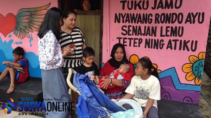Kampung Parikan Moro Krembangan:  Hiasan Tokoh Ludruk dan  Tipografi Parikan bikin Warga Terhibur
