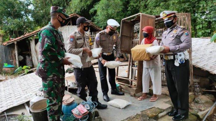 Rumah Nenek di Pamekasan Roboh saat Hujan Disertai Angin Kencang, Polisi Beri Bantuan Sembako