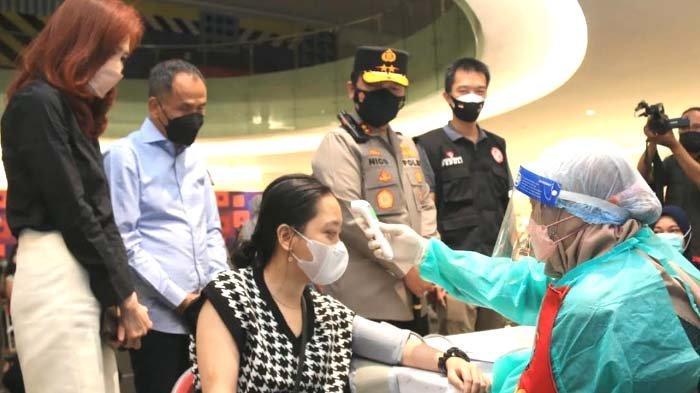 Tinjau Vaksinasi di Surabaya, Kapolda Cek Kepatuhan Warga Gunakan Aplikasi Pedulilindungi di Mal
