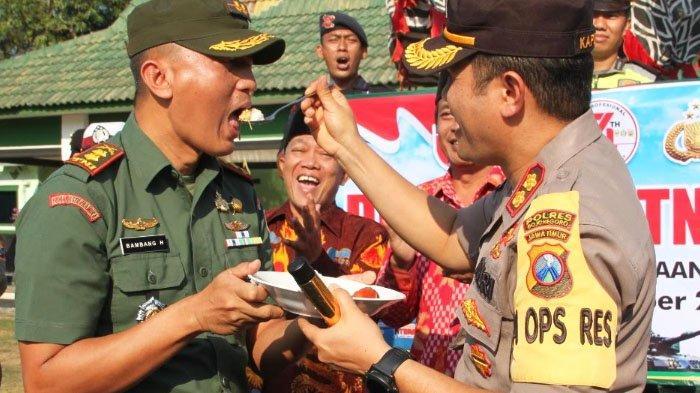 Bentuk Sinergitas TNI-Polri: Kapolres Bojonegoro Suapi Dandim 0813 dalam Rangka HUT Ke-74 TNI
