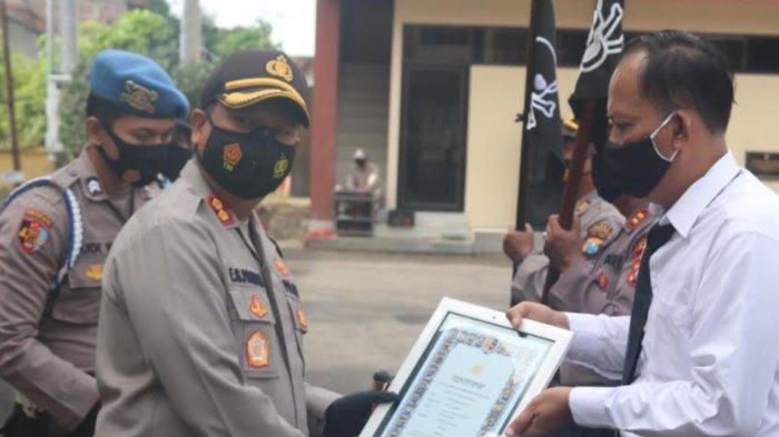 Kapolres Bojonegoro Beri Reward Bagi Anggota yang Aktif Tangani Covid-19