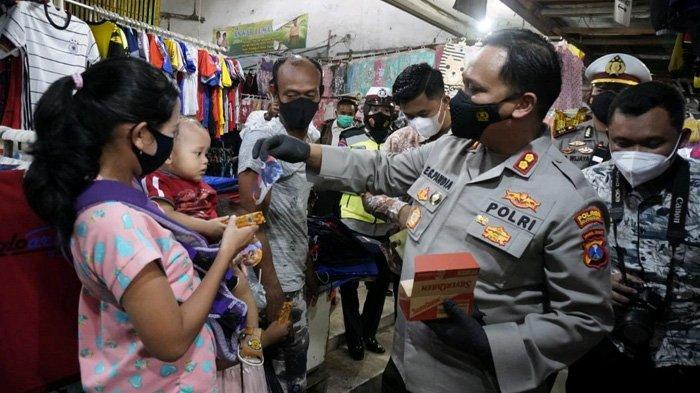 Masker Paling Efektif Tangkal Penularan, Kapolres Bojonegoro Masifkan Sosialisasi ke Pasar