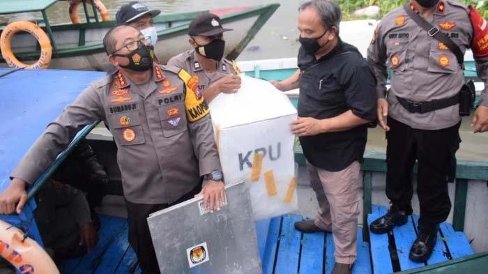Naik Perahu, Kapolresta Sidoarjo Cek TPS Wilayah Terpencil, Dusun Pucukan 150 Pemilih Siap Pilkada