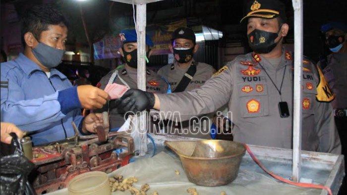 Patroli Malam Hari di Kota Kediri, Kapolres Borong Kacang Rebus dan Roti Satu Gerobak
