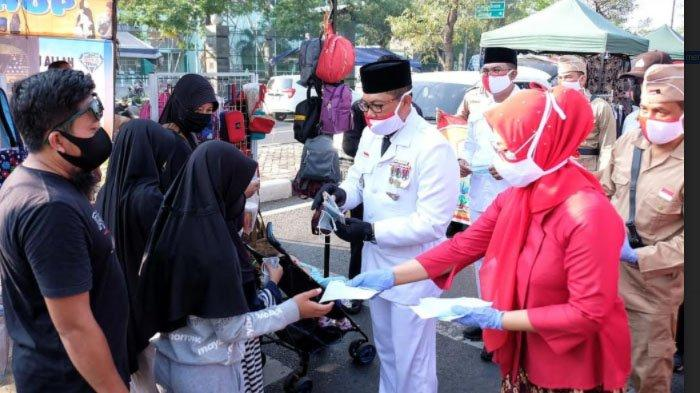Pakai Baju ala Pejuang, Polisi Sidoarjo Gowes sambil Bagi-bagi Masker