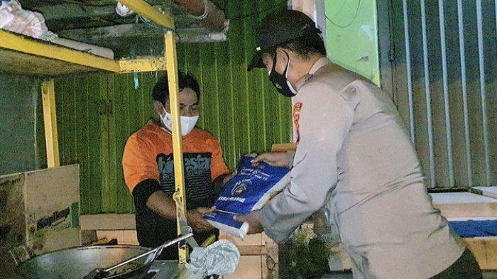 Pedagang di Pasuruan Kaget Dapat Bantuan Beras dari Polisi saat PPKM Darurat