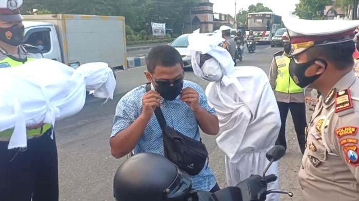 Kasus Kematian akibat Covid-19 Tertinggi di Jatim, Polres Madiun Ajak Pocong Bagi-bagi Masker