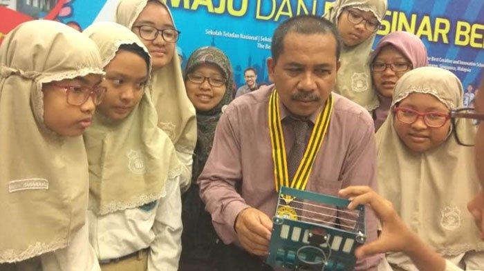 Berkat Meneliti ini Kepala Sekolah SD Muhammadiyah 4 Pucang Sabet Medali Emas