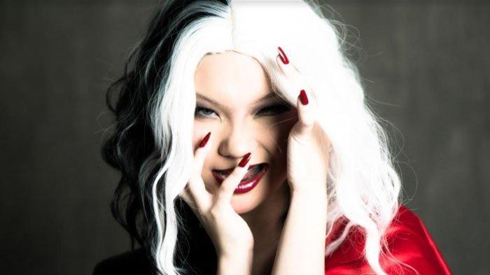 Padukan Penampilan Ala Cruella, Unggulkan Riasan Mata yang Bold dan Futuristik