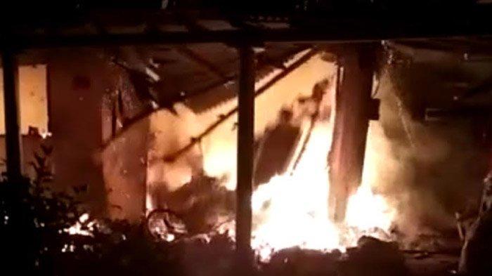 Tak Panik Terjebak di Rumahnya Yang Terbakar, Nenek di Blitar Ini Malah Mondar-Mandir Cari Rokok