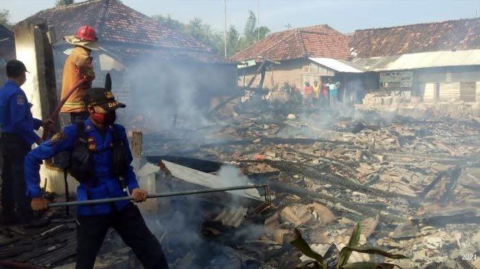Dipicu Korsleting Listrik, Dua Rumah Warga Tak Mampu di Kedungpring Lamongan Ludes Terbakar