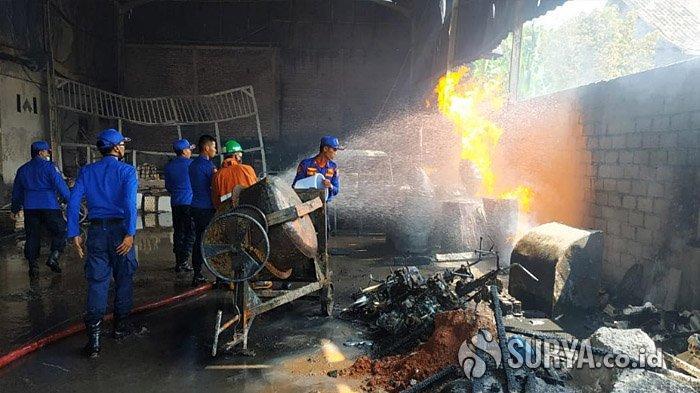 Api Lahap 4 Rumah dan 1 Toko Bahan Bangunan di Randuagung Lumajang, Kerugian Capai Rp 1 Miliar