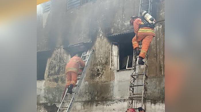 Kebakaran Ruko di Jalan Genteng Besar Surabaya, Tiga Petugas PMK Sesak, Satu ART Meninggal Dunia