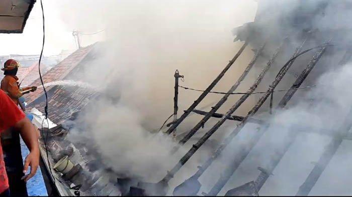 Breaking News - Kebakaran Rumah di Jalan Dapuan Tegal Surabaya, Petugas Kirim 12 Unit Mobil Damkar