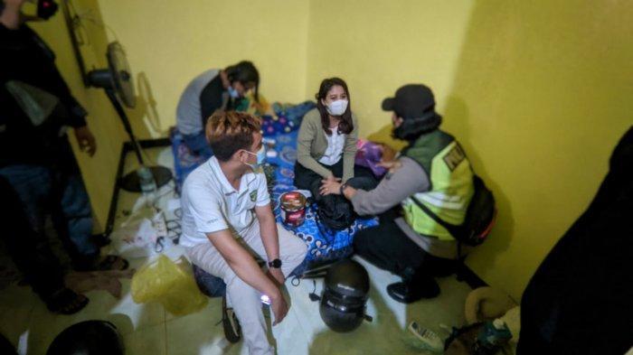 Petugas mengamankan pasangan bukan suami istri di salah satu kamar kos dam hotel di Puri, Kabupaten Mojokerto. Surya.co.id/Mohammad Romadoni