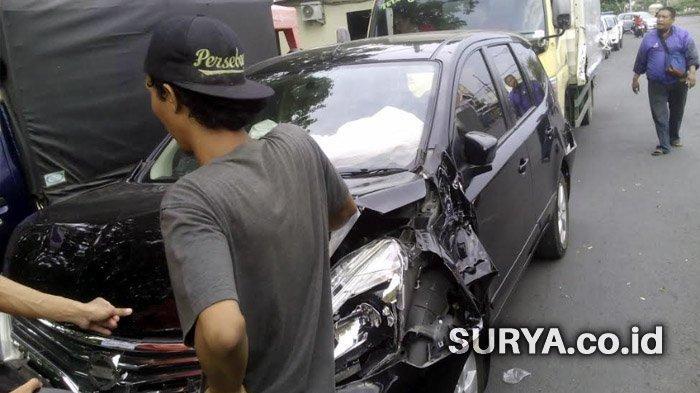 Rem Blong, Truk Trailer Bermuatan Makanan Ringan Gasak 5 Mobil dan 1 Motor