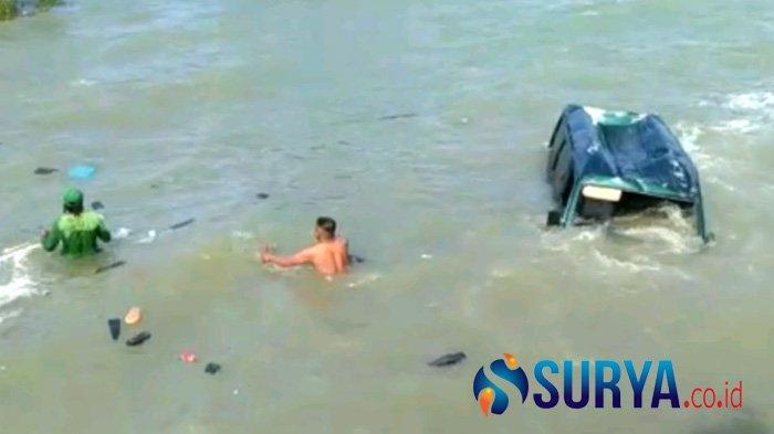 Gugup Hindari Truk Ngebut, Mobil Carry di Sampang Terjun ke Laut