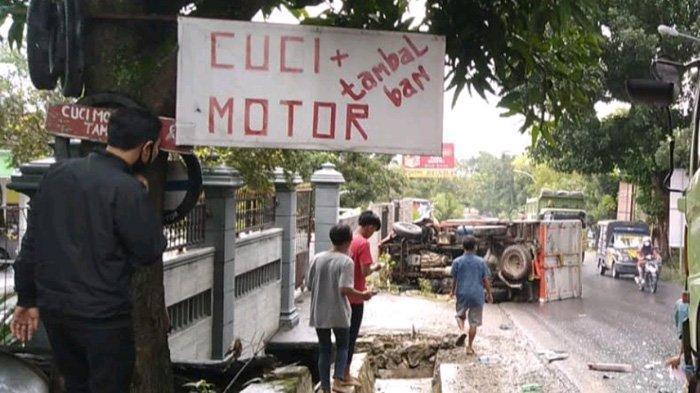 Tabrak Tronton saat Berbelok di Tikungan, Truk Boks Terpelanting di Jalur Babat-Jombang