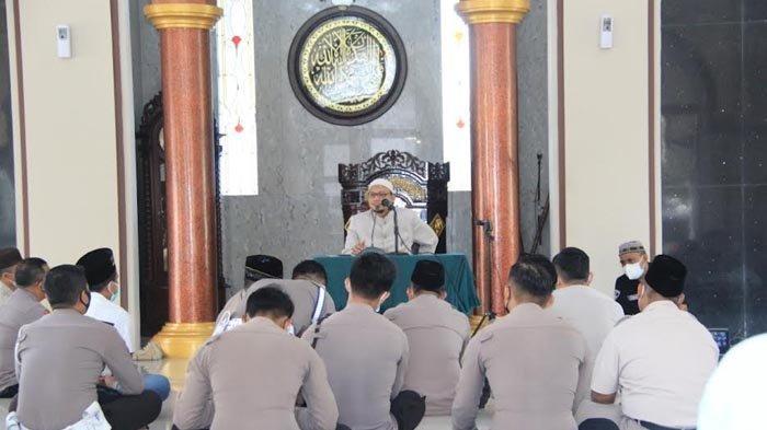 Tingkatkan Iman dan Hal Positif di Lingkungan Kerja, Polrestabes Surabaya Ajak Personelnya Ngaji
