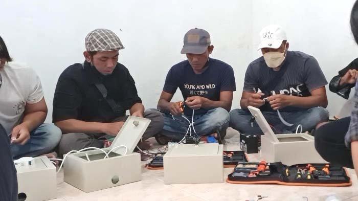 Melalui Panel Surya, ITTelkom Surabaya Terangi Desa Ngeni Kabupaten Blitar