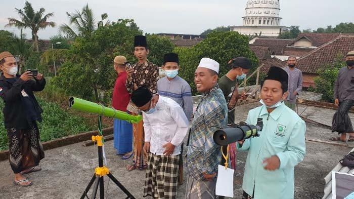 Hilal di Mojokerto Terhalang Mendung, PCNU Pantauan Hilal di Menara Masjid PP Nurul Falah Jatirejo