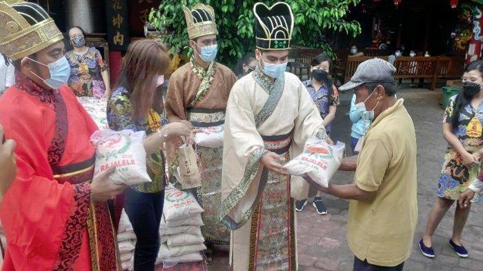 Hulubalang Kerajaan China Muncul di Tuban, Bagikan Takjil, Angpau dan Ratusan Paket Beras