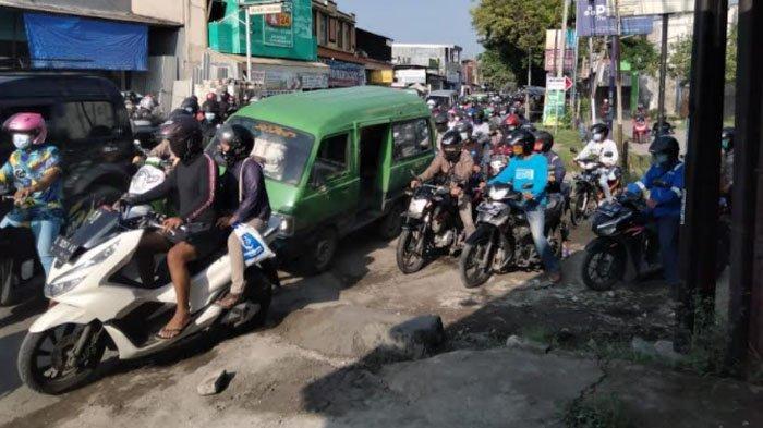 Jalan Raya Ngasinan Kabupaten Gresik Rusak Parah, Berbuntut Kemacetan Lalu Lintas