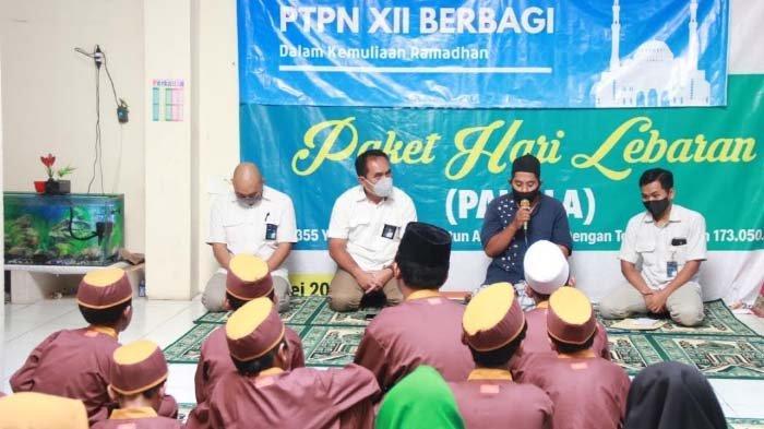 PTPN XII Salurkan Ratusan Paket Sembako dan Uang Tunai Dukung Program BUMN Berbagi