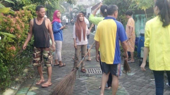 Mahasiswa KKN Diajak Kerja Bakti di Kampung Deles Surabaya