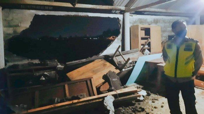Bencana 5 Menit di Blitar, Angin Puting Beliung Menjebol Dinding Sekolah; Belasan Rumah Berantakan - kerusakan-akibat-angin-di-blitar1.jpg