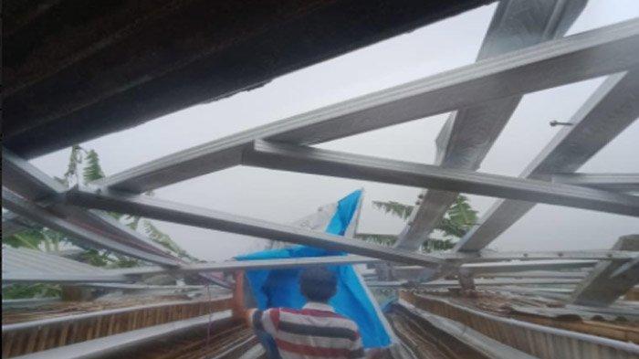 Bencana 5 Menit di Blitar, Angin Puting Beliung Menjebol Dinding Sekolah; Belasan Rumah Berantakan - kerusakan-akibat-angin-di-blitar3.jpg