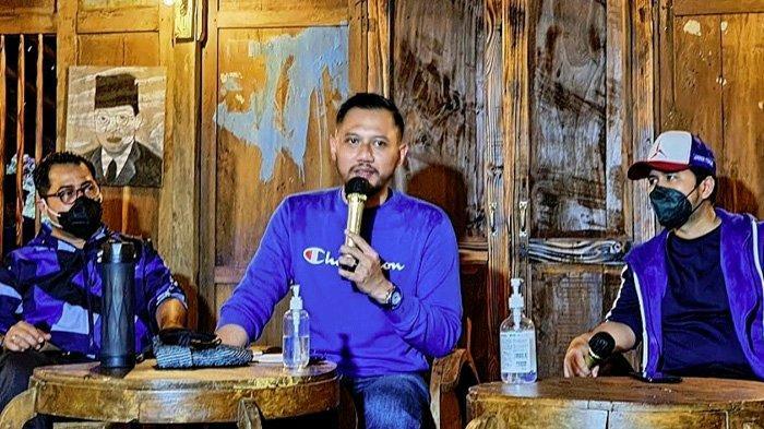Ketua Umum Partai Demokrat, Agus Harimurti Yudhoyono (AHY) menemui sejumlah pengurus Partai Demokrat Jawa Timur mulai tingkat DPD hingga DPC Kabupaten/Kota di Cempaka Forets, Kecamatan Prigen, Kabupaten Pasuruan, Senin (5/4/2021) sore.