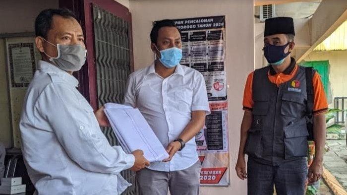 KPU Ponorogo Serahkan Alat Peraga Kampanye pada Sugiri Sancoko dan Ipong Muchlissoni