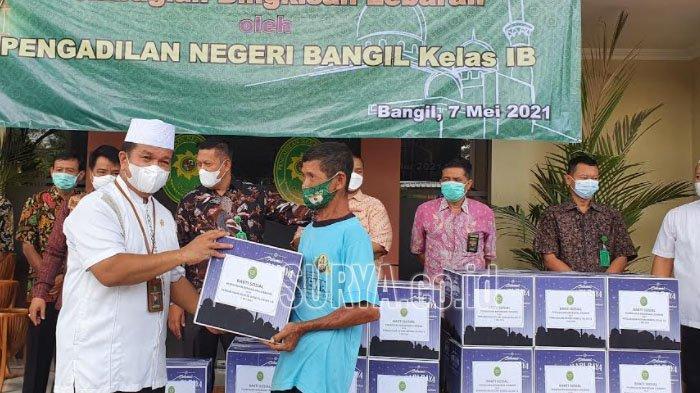 Hakim dan Pegawai PN Bangil Pasuruan Bagikan Bingkisan Paket Sembako