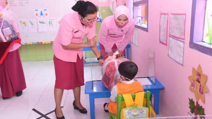Istri Kapolda Jatim Tinjau Persiapan Sekolah Tatap Muka TK dan SD Bhayangkari di Lamongan