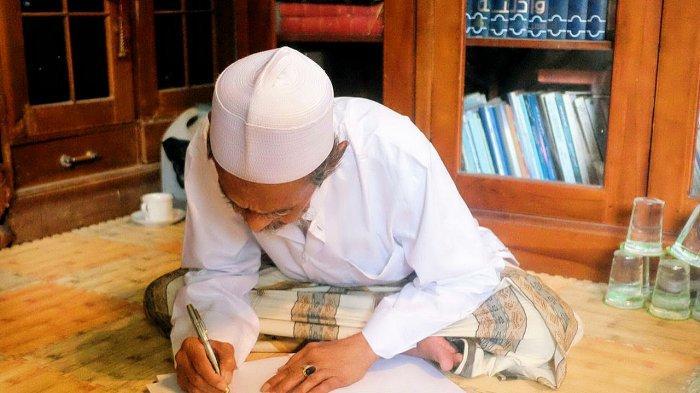 KH Nawawi Abdul Djalil menuliskan maklumat denganaksara arab pegon yang isinyamenginstruksikan seluruh alumni santri serta warga Kota Pasuruan mencoblos pasangan nomor urut 01 Saifullah Yusuf (Gus Ipul)-Adi Wibowo (Mas Adi).