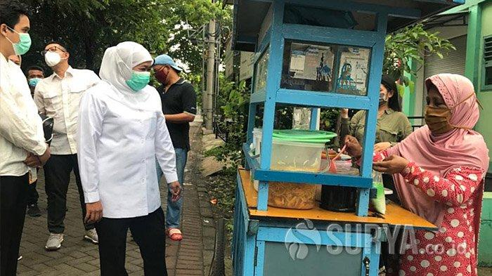 Gubernur Khofifah Borong Bubur Dawet Usai Nyoblos di TPS 25 Jemur Wonosari Surabaya