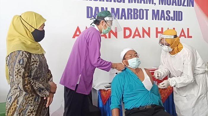 Gubernur Khofifah Minta Bupati dan Wali Kota Percepat Vaksinasi untuk Imam dan Marbot