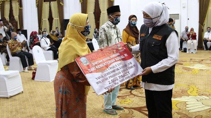 2.300 Lansia di Jatim Dapat Bantuan Sembako, Khofifah: Kelompok Paling Rentan Terpapar Covid-19
