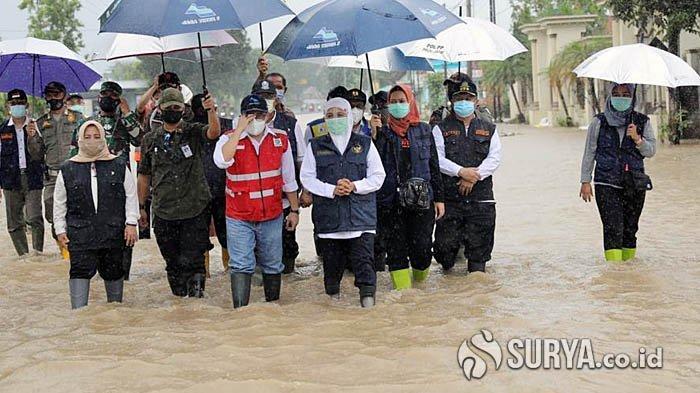 Gubernur Khofifah Tinjau Banjir di Jombang, Sebut Penyebabnya Sedimentasi dan Sampah di Kali Konto