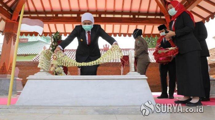Ziarah ke Makam Gubernur Ario Soerjo, Khofifah Minta Millenial Teladani Semangat Membangun Jatim