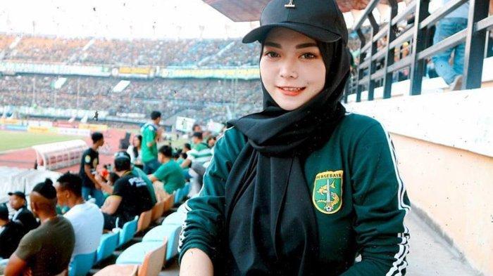 Kisah Bonita Cantik Persebaya Dena Andrea Sullivan Tonton Langsung Bajul Ijo di Stadion GBT