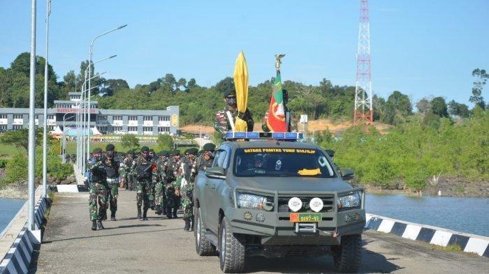 Upacara pelepasan Satgas Yonif Raider 613/Raja Alam menuju tempat bertugas di Papua. Meski KKB Papua Semakin Menggila, 450 Pasukan Yonif Raider 613/Raja Alam tetap Dikirimkan