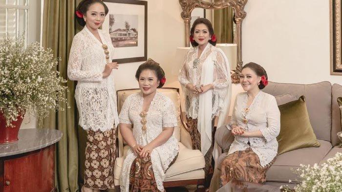 Sosialita Surabaya Gemar Koleksi Ribuan Kain Batik Kuno