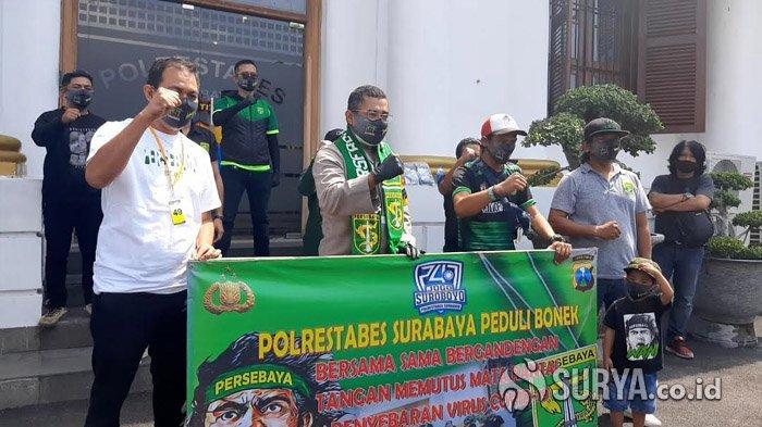 Polrestabes Surabaya Salurkan 10.000 Masker Berlogo Wani Jogo Suroboyo untuk Bonek